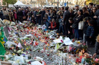 actu_rassemblement-de-plusieurs-centaines-de-personnes-devant-le-bataclan-le-15-novembre